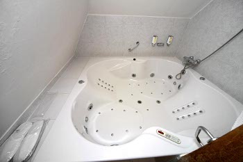 big whirlpool bathtub of the suite no.13