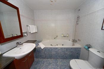 bathroom of the suite no.6